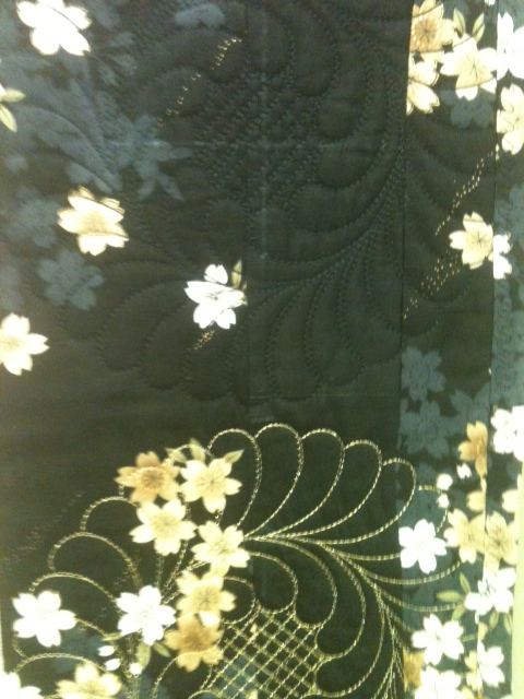 Notice the ACUFIL QUILTING IN THE BORDER OF THIS QUILT - EMBROIDERED IN BLACK AND GOLD METALLIC THREAD ALTERNATING